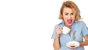 enlever les tâches de ses vêtements-café-chemise femme